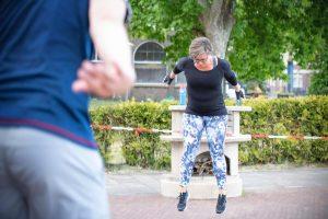 vrouw doet jumping squat tijdens bootcamp