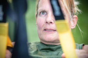 closeup vrouw traint met trx